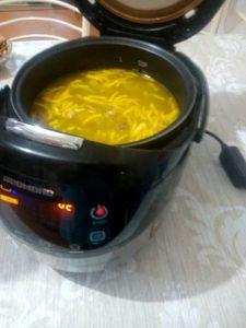 Суп со свиными ребрышками и домашней лапшой.